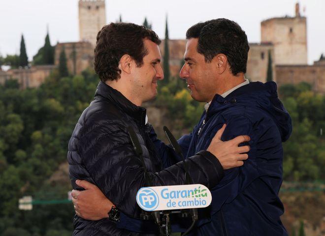 El presidente del Partido Popular, Pablo Casado, junto al líder del...