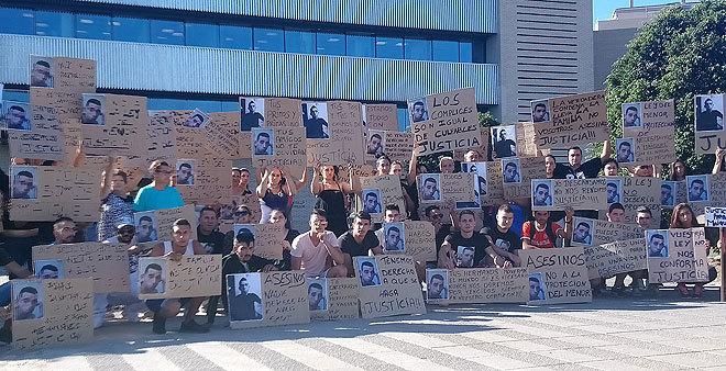 Familiares y amigos de la víctima, con carteles clamando justicia, ante los juzgados de Castellón.
