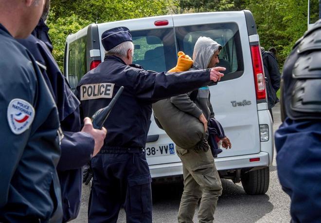 Desalojo de un campamento improvisado en Grande-Synthe, al norte de Francia, en abril de 2017.