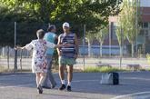 El etarra Santi Pontros, recibido por un familiar a su salida de la...