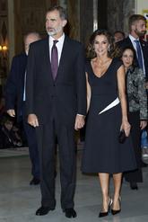 La Reina apostó por la sobriedad del blanco y negro con un vestido...