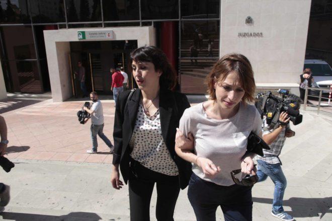 Juana Rivas (a la izquierda), a las puertas de los juzgados de Granada.