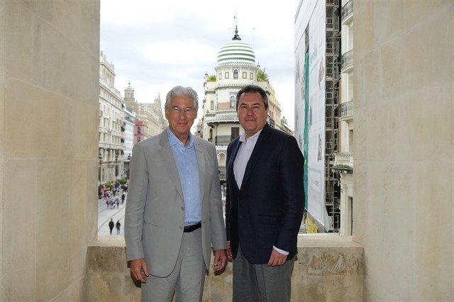 El actor Richard Gere y el alcalde de Sevilla, Juan Espadas, posan en el Ayuntamiento de Sevilla.