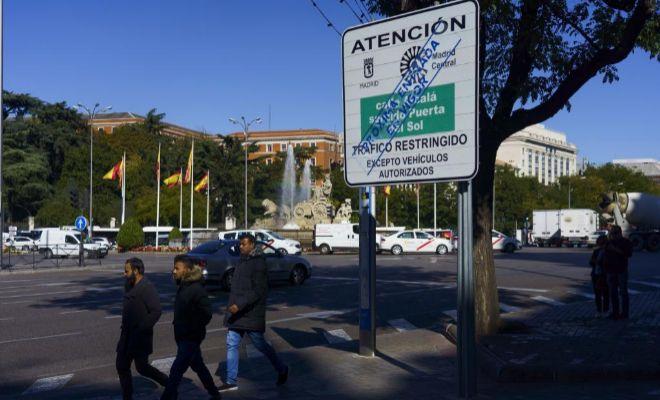 El Ayuntamiento ya ha instalado los carteles anunciando la restricción al tráfico privado del centro de Madrid.