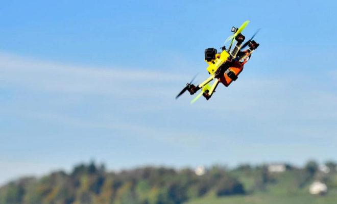 """Un dron sobrevuela durante una ronda clasificatoria al """"Drone Prix Zurichsee"""" en Rapperswil, Suiza."""