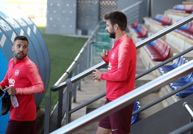 Jordi Alba y Gerard Pique, antes del entrenamiento.
