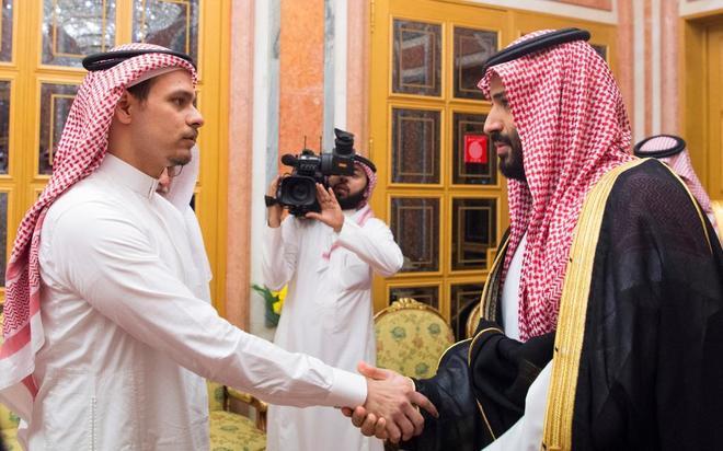 Salah Khashoggi (izda.), hijo del crítico asesinado, recibe las condolencias de Mohamed bin Salman.