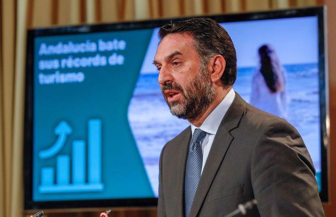 El consejero de Turismo y Deporte de la Junta de Andalucía, Francisco Javier Fernández, en la presentación del informe.