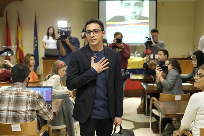 El venezolano Lorent Saleh agradece la asistencia de periodistas en su rueda de prensa, ayer, en Madrid.
