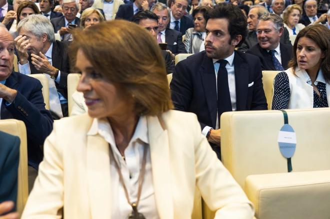Ana Botella, delante de su hijo Alonso Aznar, este martes durante la presentación.