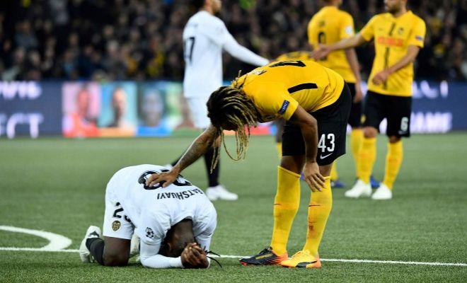 Mbabu consuela a Batshuayi en un instante del partido en Berna.