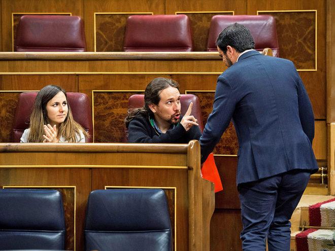El secretario general de Podemos, Pablo Iglesias, conversa con el...