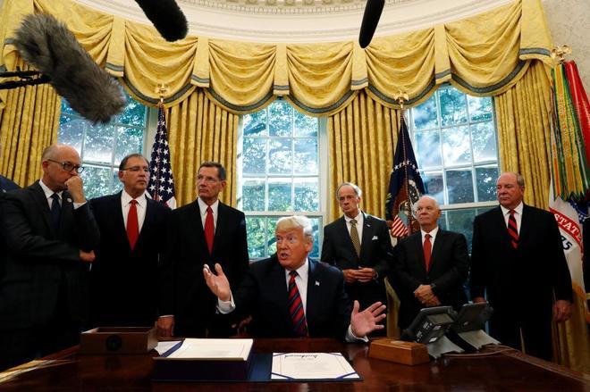 Donald Trump habla con la prensa sobre el 'Caso Khashoggi' en su despacho de la Casa Blanca.