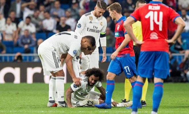 Marcelo, dolorido sobre el césped, tras su lesión en el tobillo derecho.