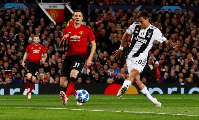 Dybala anota el gol del triunfo en Old Trafford ante la mirada de Vidic.