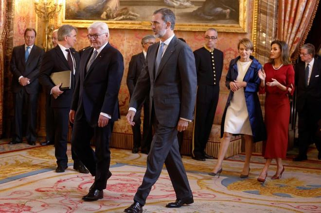 Felipe VI, junto al presidente alemán, Frank-Walter Steinmeier, antes...