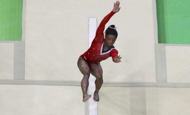Biles, durante un ejercicio en la barra de equilibrios en los Juegos de Río.