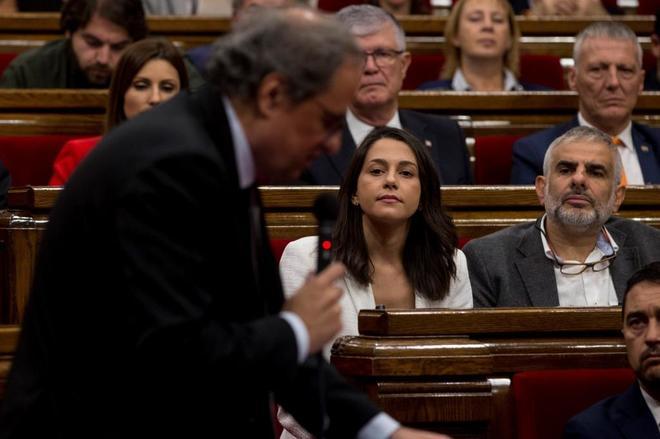 Quim Torra, en primer plano, e Inés Arrimadas en la sesión de...