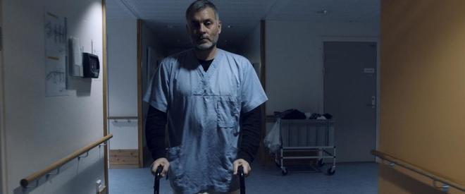 Jorge Martín, en un momento del documental mientras trabaja como enfermero.