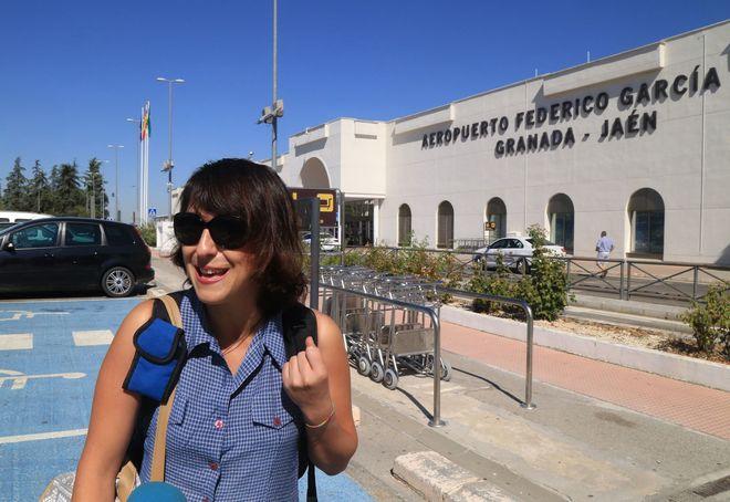 Juana Rivas, en el aeropuerto García Lorca, lista para viajar a Italia en agosto pasado.