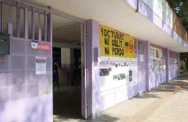 Fachada de una escuela en Barcelona con una pancarta conmemorativa del...