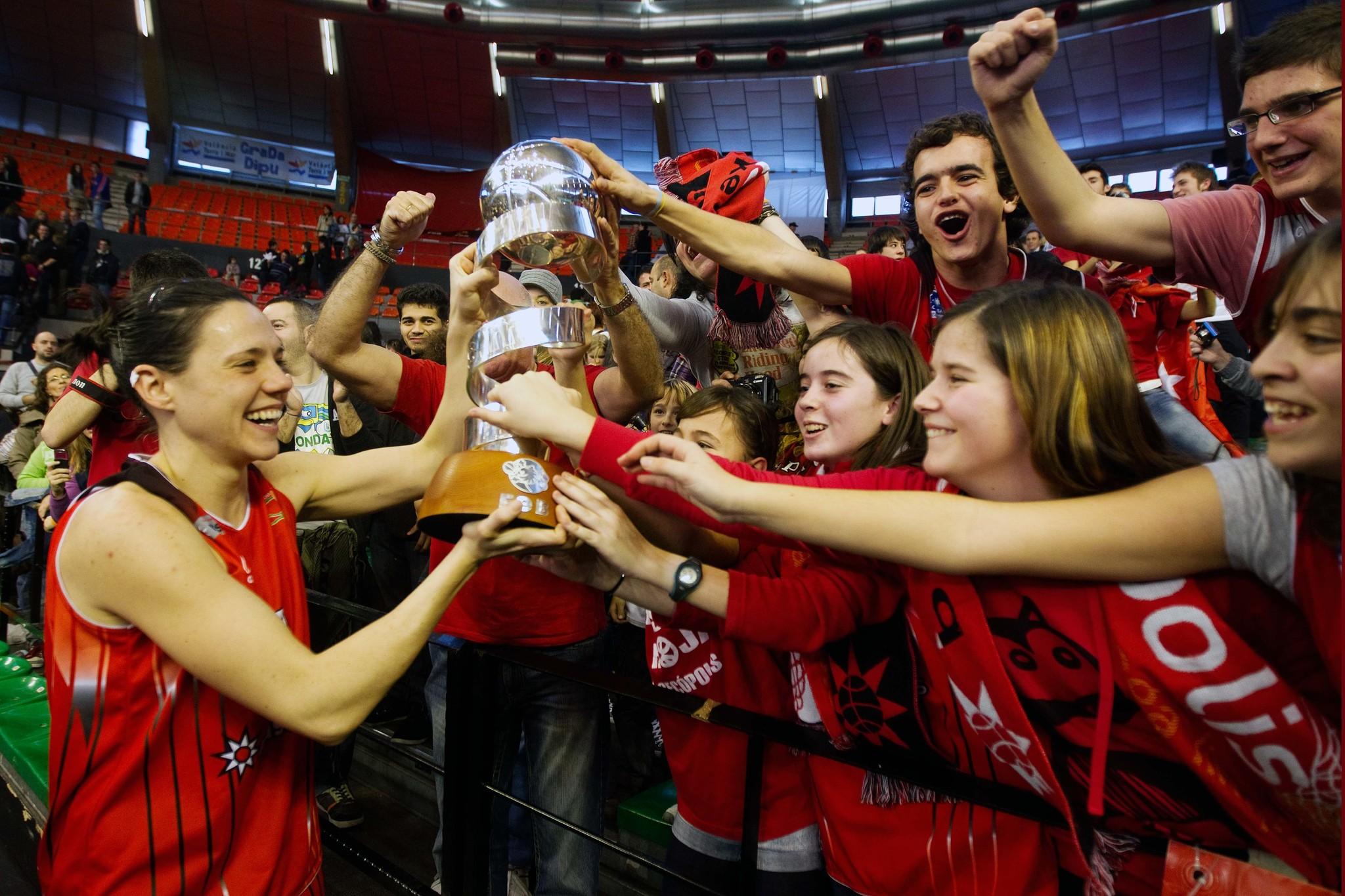 Las jugadoras del Rivas Ecópolis tras conseguir la Copa de la Reina en la fase final disputada en Valencia.