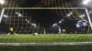 Sancho festeja ante Oblak el tercer gol del Dortmund.