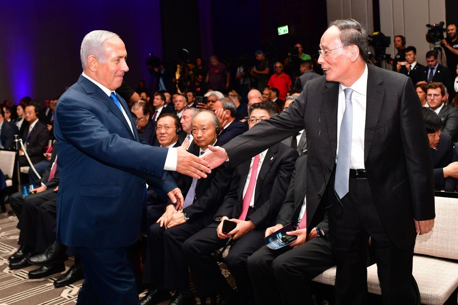 Benjamin Netanyahu estrecha la mano del vicepresidente chino, Wang Qishan, ayer en Jerusalén.