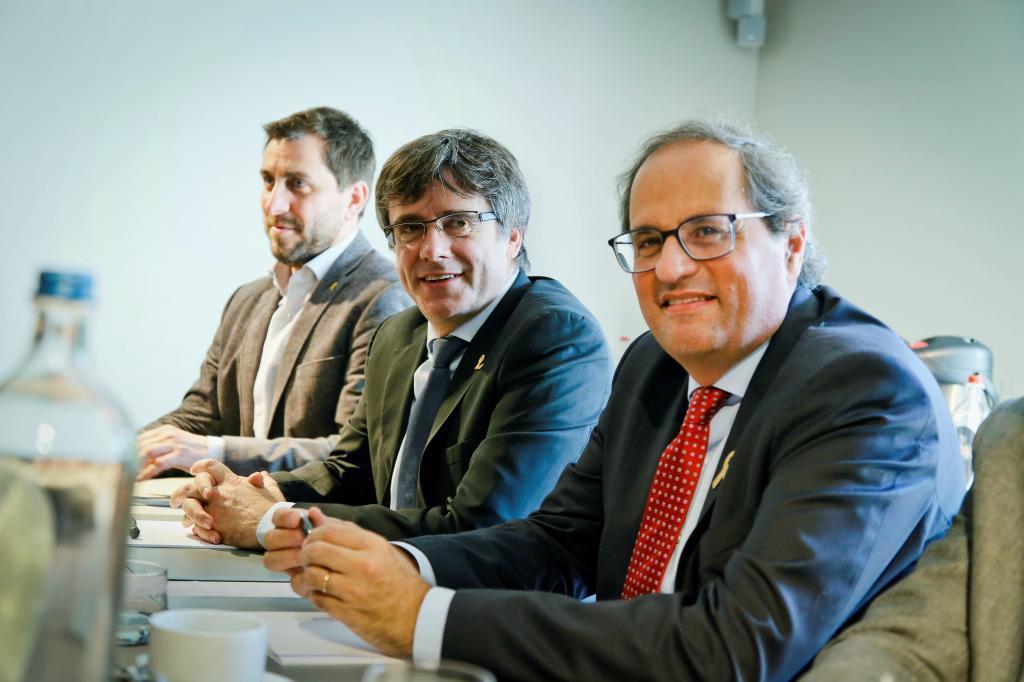 """El presidente de la Generalitat, Quim Torra (d), y su predecesor Carles Puigdemont (c), en la localidad belga de Waterloo, donde han anunciado que activarán el llamado """"Consejo de la República"""""""