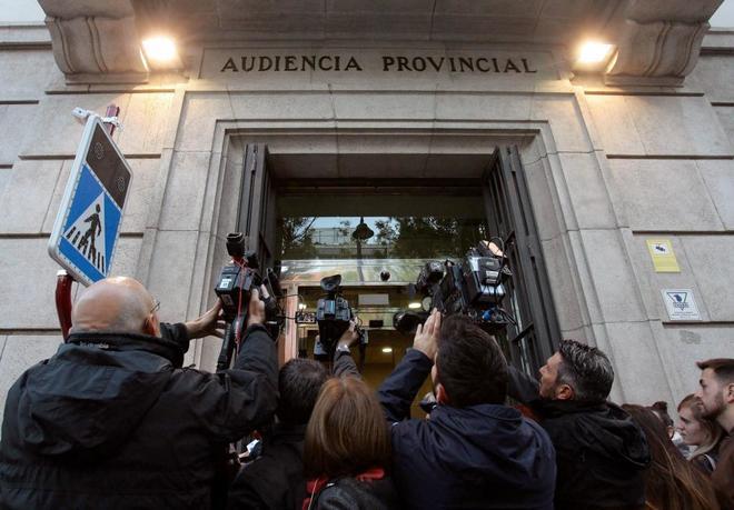 Fotógrafos y periodistas a las puertas de la Audiencia Provincial de Guadalajara, donde se sigue el juicio por el crimen.