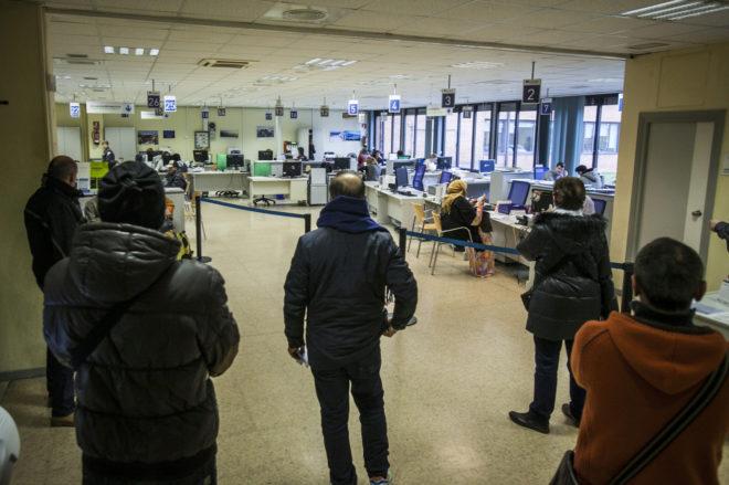 Varias personas esperando su turno en una oficina de Lanbide.