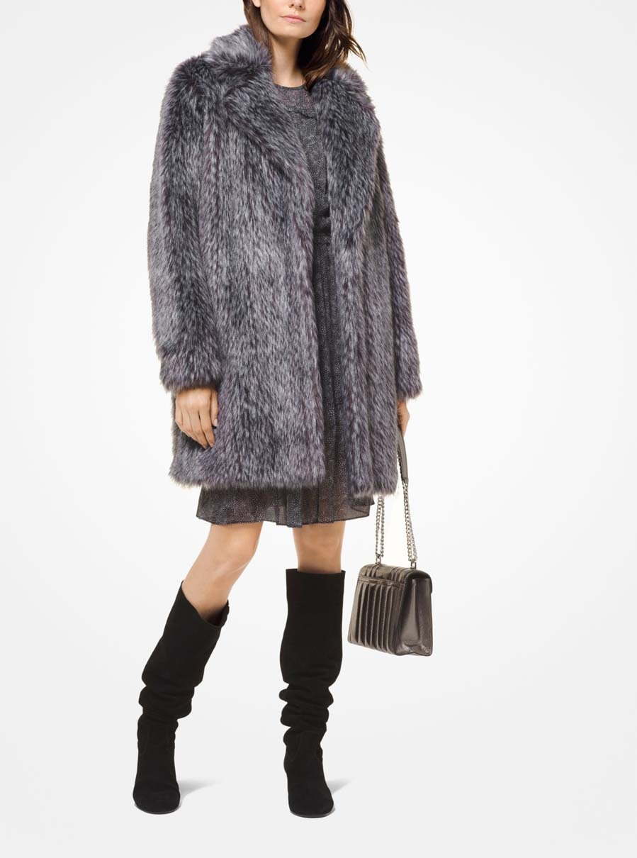 Abrigo gris de Michael Kors - 'Looks' de invitadas de invierno