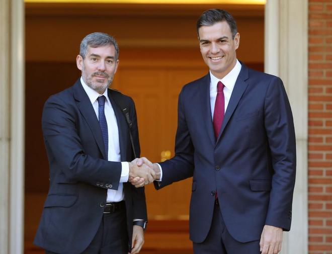 Pedro Sánchez saluda al presidente de Canarias, Fernando Clavijo,...