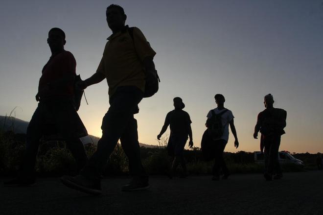Migrantes hondureños inician otro día de travesía hacia EEUU en Huixtla, México.