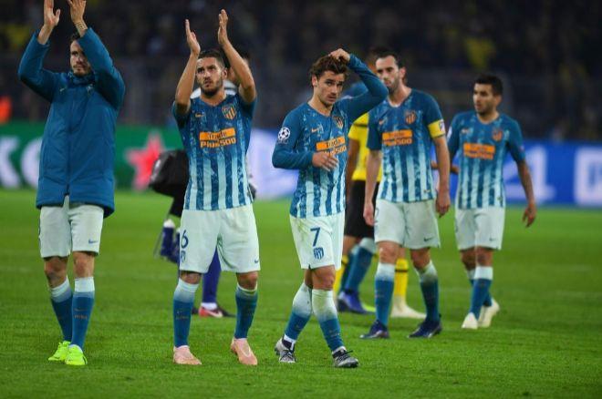 Saúl, Koke, Griezmann, Godín y Correa aplauden a la afición atlética.