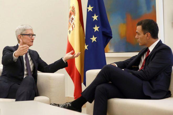 El CEO de Apple, Tim Cook, junto con el presidente de Gobierno, Pedro Sánchez.