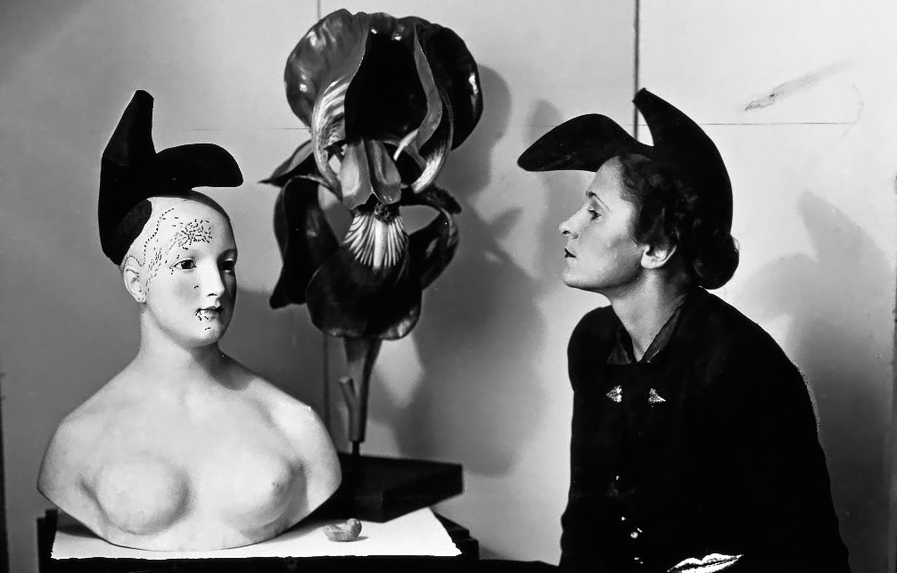 Gala con el sombrero-zapato de Elsa Schiaparelli inspirado en un diseño de Salvador Dalí (1938)