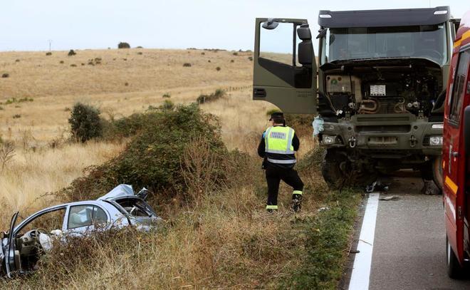 El camión y el coche acccidentados en las proximidades de la capital salmantina.