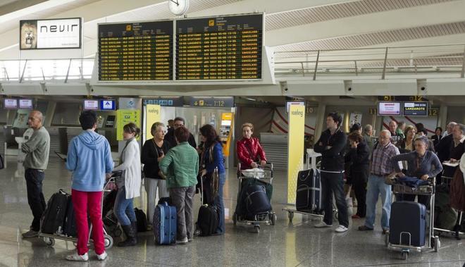 Viajeros transitan por el aeropuerto de Bilbao.