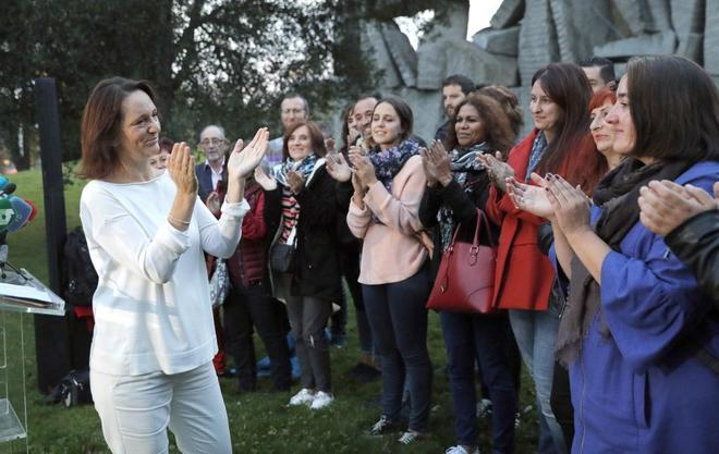 Carolina Bescansa aplaudía a su equipo antes de anunciarse el resultado de las primarias de Podemos en Galicia.
