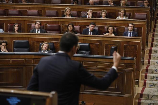 Pedro Sánchez se dirige a Pablo Casado en el Congreso.