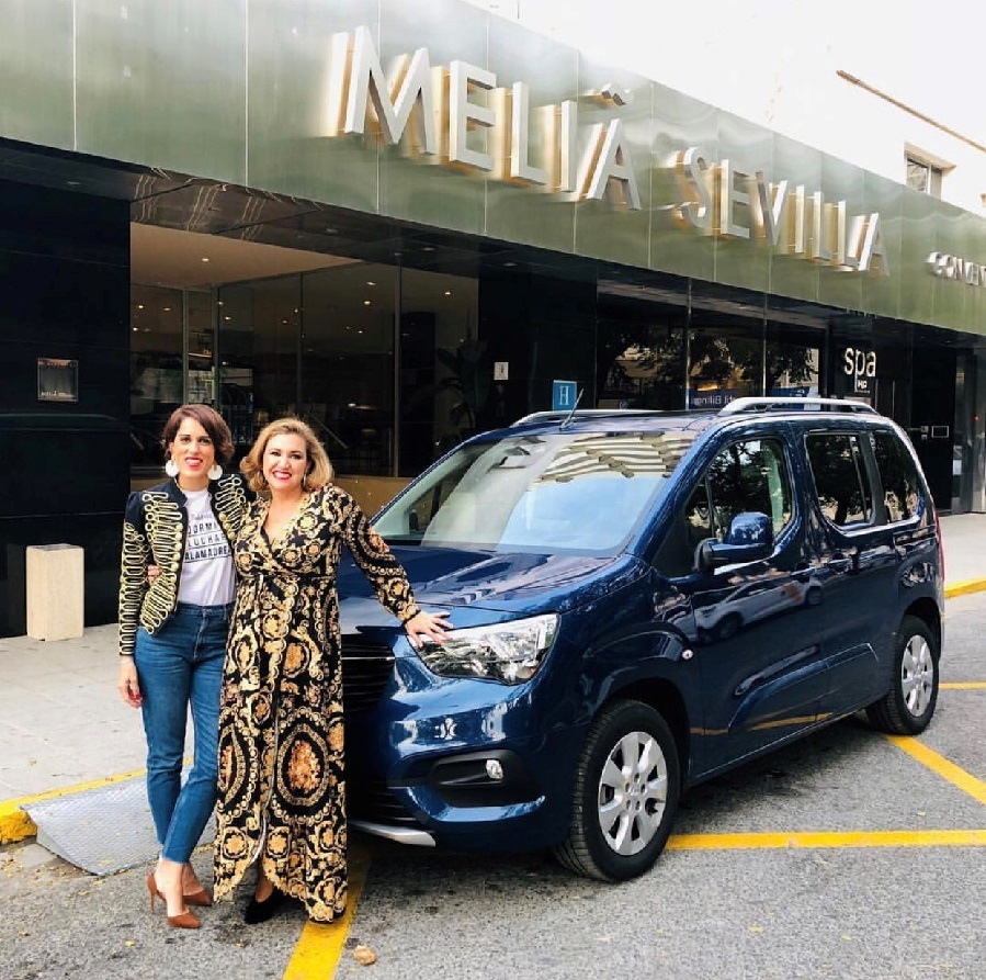 La llegada de Andrea Fernández, que llegó en un Opel Combo Life,...