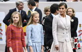 La princesa Leonor (izda.), acompañada por su hermana la Infanta...