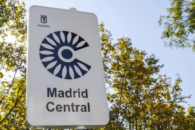 Un cartel de Madrid Central advierte de la nueva zona restringida al tráfico.