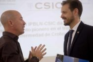 Mario Delgado, coordinador del equipo investigador, y Juan José Martín (I), delegado territorial de Conocimiento y Empleo en Granada.