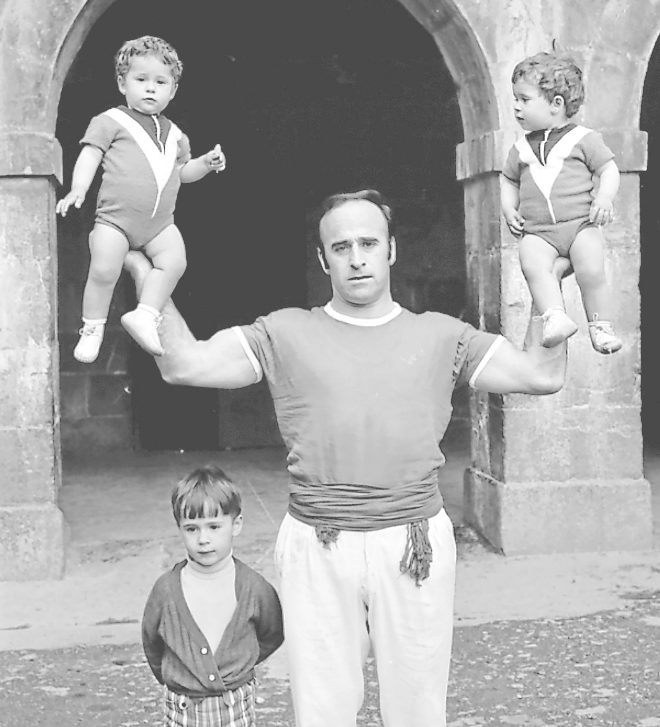 El levantador de piedras José Antonio Lopetegui, 'Aguerre II', carga a sus dos hijas. A su lado, Julen, técnico del Real Madrid.