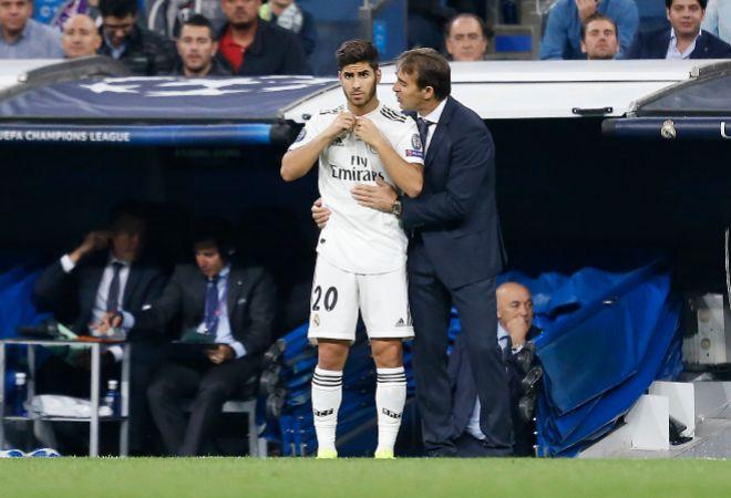 Julen Lopetegui da instrucciones a Marco Asensio en la banda del Bernabéu.