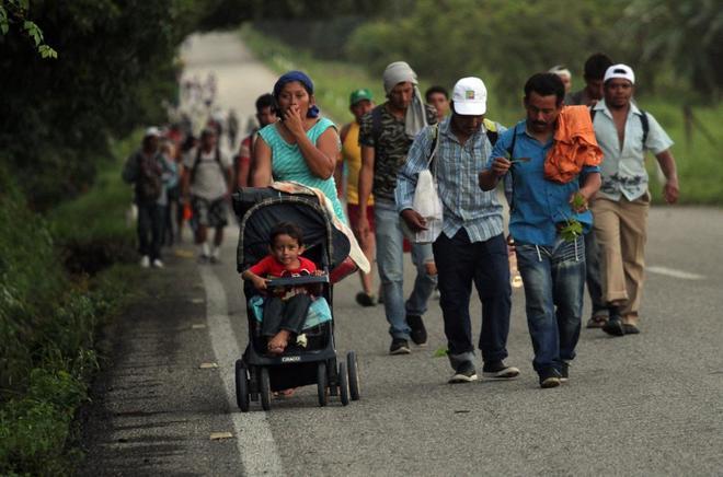 Parte de la caravana de migrantes cruza México a pie, con menores y sin recursos.