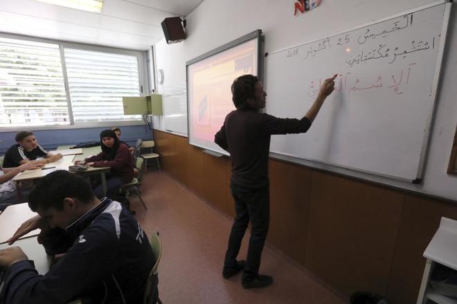 El profesor Abderrahmane Moujane dando clases de Árabe en el Institut Pompeu Fabra, de Martorell.