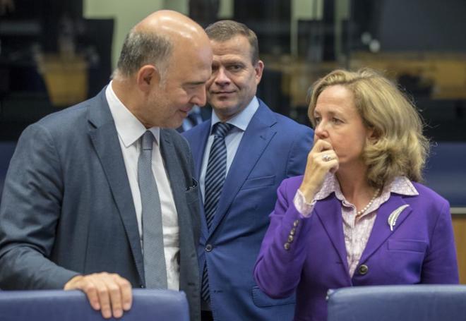 El comisario europeo Pierre Moscovici y la ministra de Economía, Nadia Calviño, en Luxemburgo.